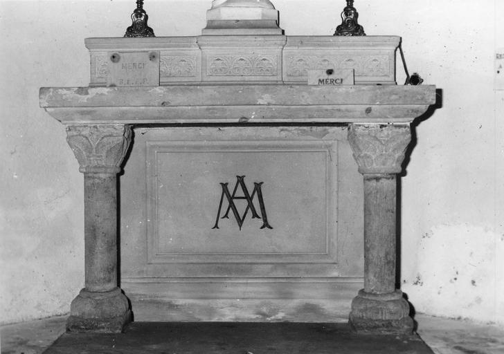 2 colonnes aux chapiteaux feuillagés provenant d'un ancien autel, réutilisé pour celui dédié à la Vierge, pierre taillée