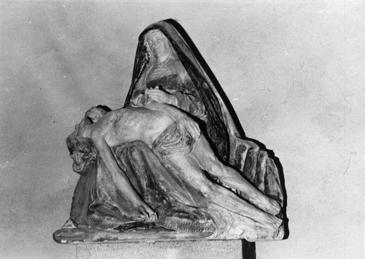 Groupe sculpté : Vierge de Pitié, pierre sculptée, peinte ; vue avant décapage de la polychromie par Maimponte en 1955