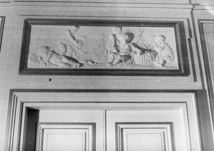Dessus-de-porte : Le printemps, bas-relief, stuc