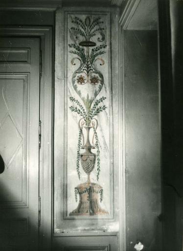 Peinture monumentale : trumeau peint d'un motif de vase sur piédouche d'où sortent rinceaux fleuris et branchages