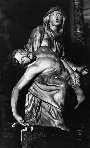 Groupe sculpté : Vierge de Pitié, bois sculpté, peint, doré (côté droit)