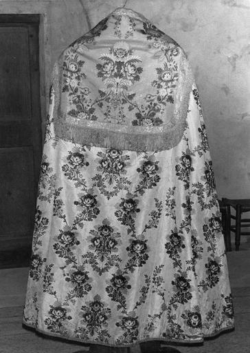 Chape de soie brochée au motif répétitif de branchages fleuris et d'épis de blé, chaperon bordé d'un galon frangé en fils de métal (dos)