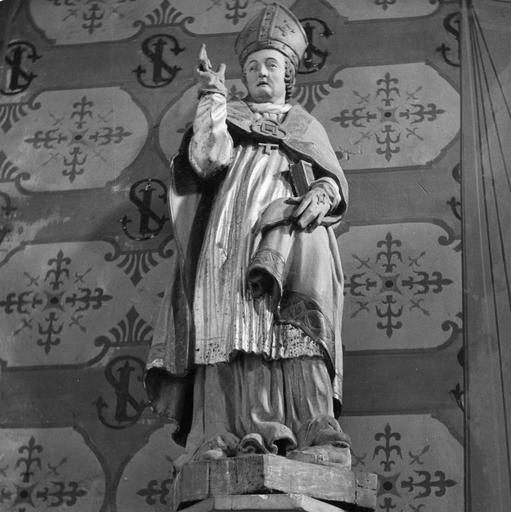 Statue : Saint évêque bénissant de la main droite, bois sculpté, peint, doré