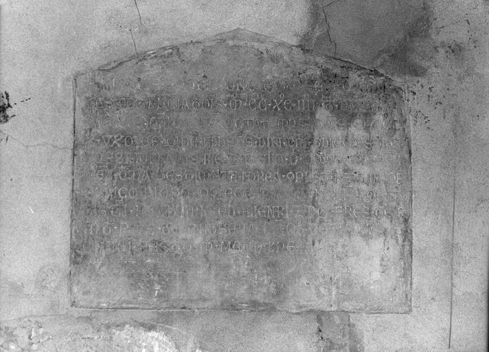 Plaque funéraire d'Iseut d'Aliergue et Jacoba, femmes de Guy du Roussillon, mortes respectivement en 1294 et 1310, pierre gravée