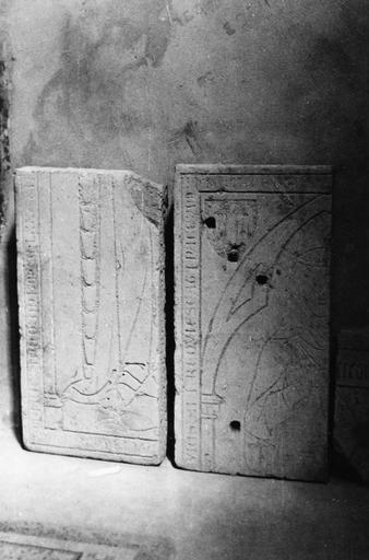 Dalle funéraire : deux fragments gravés l'un du pan droit du vêtement d'un personnage, l'autre de la moitié droite de son visage, pierre taillée, gravée