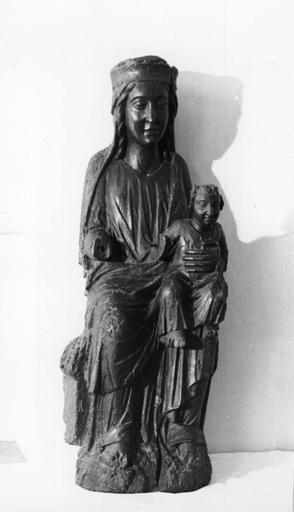 Groupe sculpté : Vierge à l'Enfant assise, en partie mutilée, bois sculpté