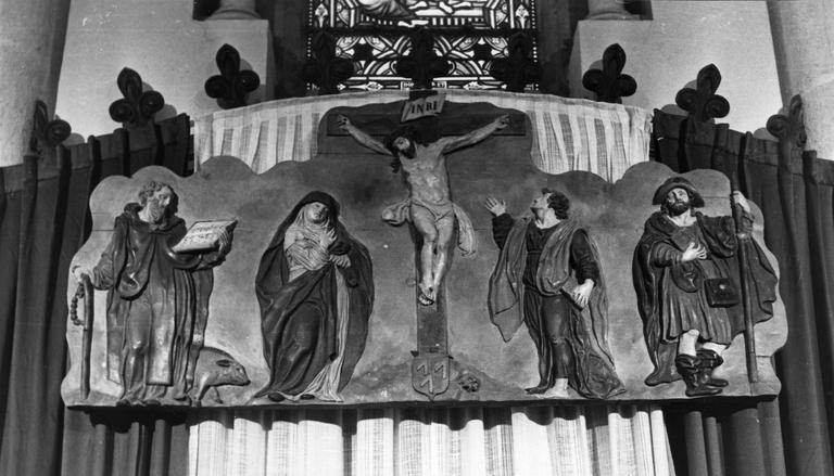 Bas-relief : La Crucifixion avec la Vierge, saint Jean, saint Jacques, saint Antoine, bois sculpté, peint