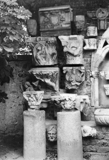 Eléments d'architecture, bas-reliefs, chapiteaux : tous sont sculptés de scènes historiées, pierre sculptée