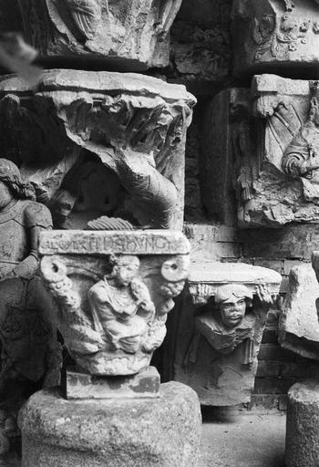 Chapiteaux figurés ou historiés : l'un représenterait le roi David, l'autre un personnage soutenant l'abaque, pierre sculptée