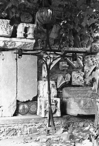 Croix de clocher avec son coq provenant de l'abbaye de Savigny, fer forgé