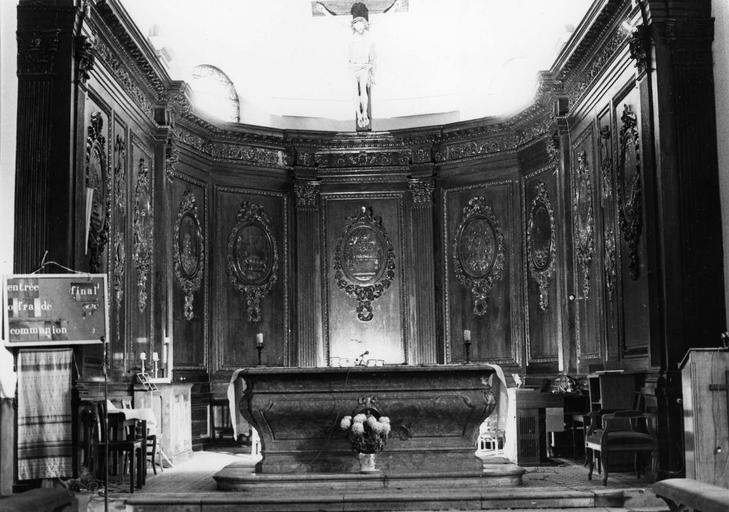 Lambris de revêtement : panneaux architecturés scandés de pilastres et sculptés de médaillons aux scènes en bas-relief, bois sculpté
