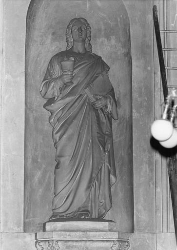 Statue : Saint Jean l'évangéliste, pierre sculptée