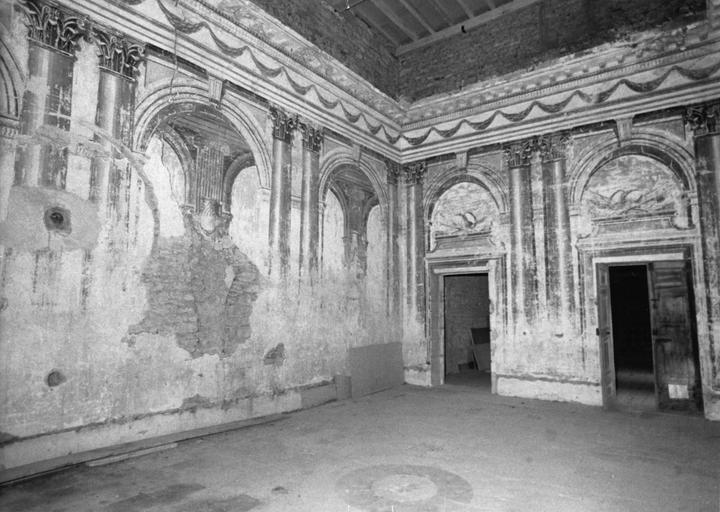 Peinture monumentale : décor architectural  feint d'arcade ouvrant sur une galerie, fresque