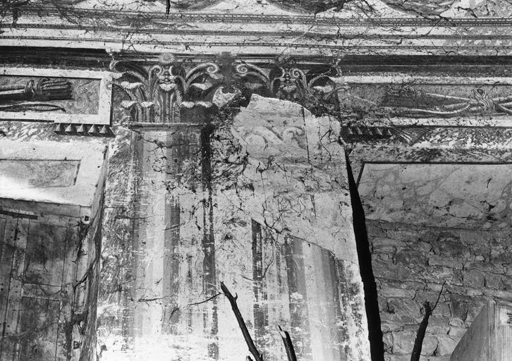 Peinture monumentale : détail de colonnes à chapiteaux corinthiens feinte, fresque