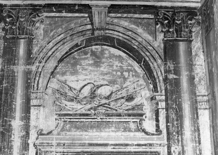 Peinture monumentale : détail d'un dessus de porte, trophée placé sur un socle et sous un arc cintré, fresque