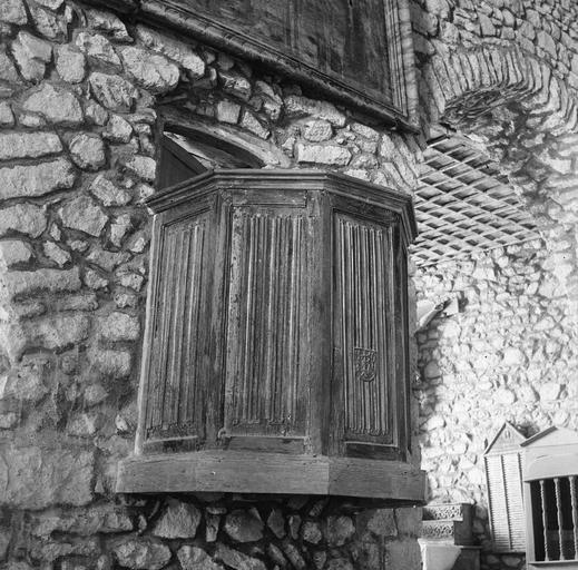 Chaire à prêcher composée d'une simple tribune à panneaux sculptés du motif dit de plis de serviette et d'armoiries, sans abat-voix, bois sculpté