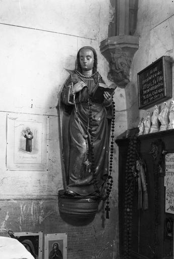 Statue : L'Annonciation, détail de la Vierge, pierre sculptée, peinte ; avant restauration