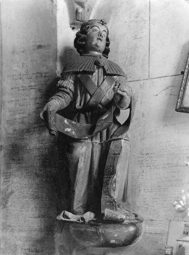 Statue : L'Annonciation, détail de l'archange Gabriel, pierre sculptée, peinte ; avant restauration