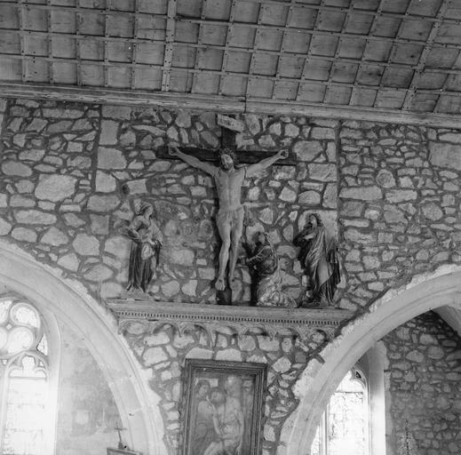3 statues : Le Calvaire, avec la Vierge, Marie-Madeleine et saint Jean, le Christ, beaucoup plus grand, bois sculpté, peint