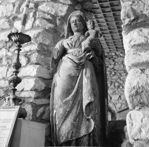 Groupe sculpté : Vierge à l'Enfant, mains mutilées, bois sculpté, peint, doré
