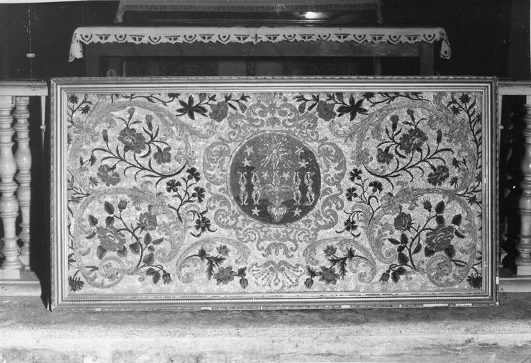 Antependium à médaillon central représentant le Sacré Coeur, sur fond de rinceaux, de roses et d'oeillets brodés, laine brodée, perles de verre