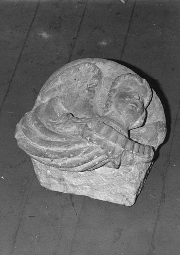 Culot : Ange tenant un phylactère, pierre taillée, sculptée en bas-relief