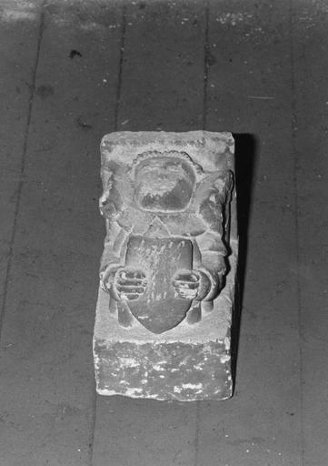 Culot : Ange tenant un écu, pierre taillée, sculptée en demi-relief