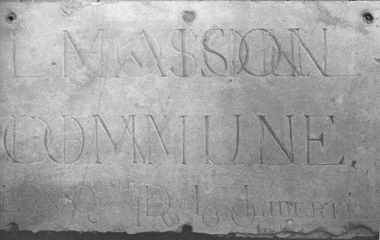 Plaque commémorative : ancienne plaque de la Maison Commune, pierre taillée, gravée