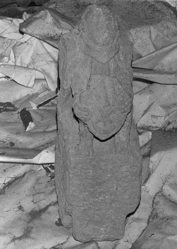 Statue : Ange tenant un écu sculpté d'armoiries, pierre sculptée