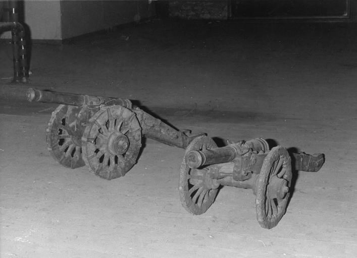 2 maquettes de canons, bronze, bois