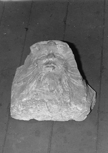 Culot : Visage émergeant de feuillages dit 'homme à tête de feuilles', pierre sculptée