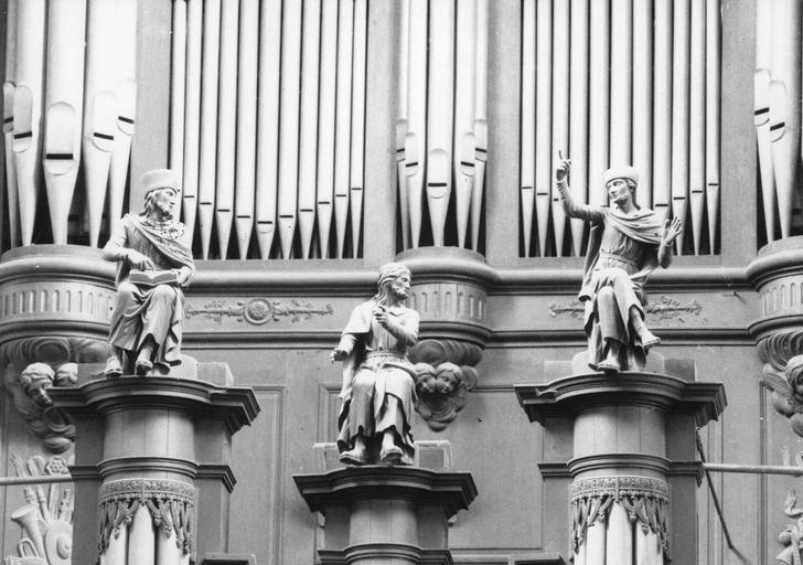 Buffet d'orgue surmonté de trois statues représentant Jésus (?) et les Docteurs de la Loi, bois sculpté
