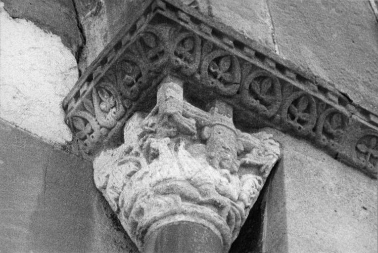 Chapiteau figuré sculpté en relief méplat, pierre sculptée