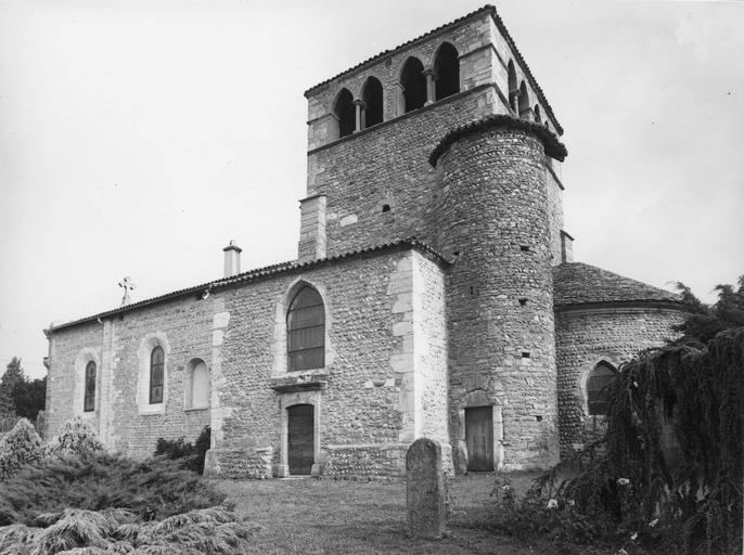 Vue de l'angle sud-est de l'église Saint -Pierre
