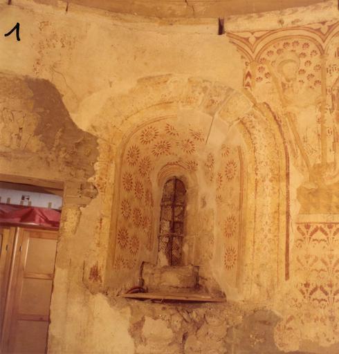Peinture monumentale : détail du décor peint de monogrammes placé dans l'ébrasure des baies ; avant restauration