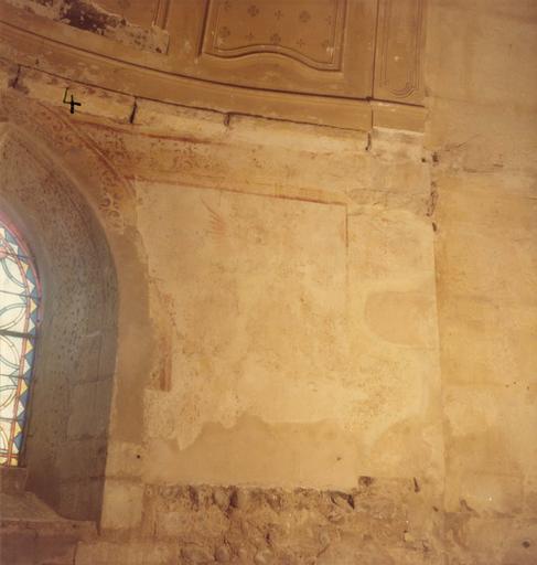 Peinture monumentale : détail du décor en grande partie effacé, laissant deviner la présence d'un ange ; avant restauration