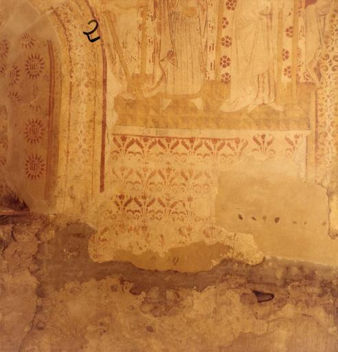 Peinture monumentale : détail des motifs végétaux placés dans la partie inférieure du mur d'abside