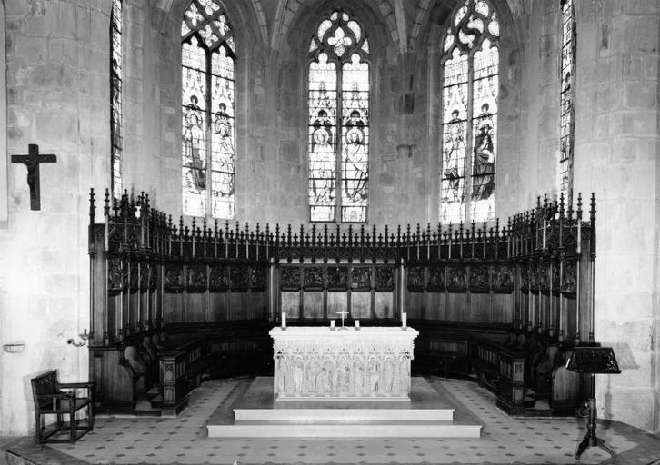 Stalles et lambris de revêtement néo-gothiques, à décor architecturé et panneaux sculptés en bas-relief, bois sculpté