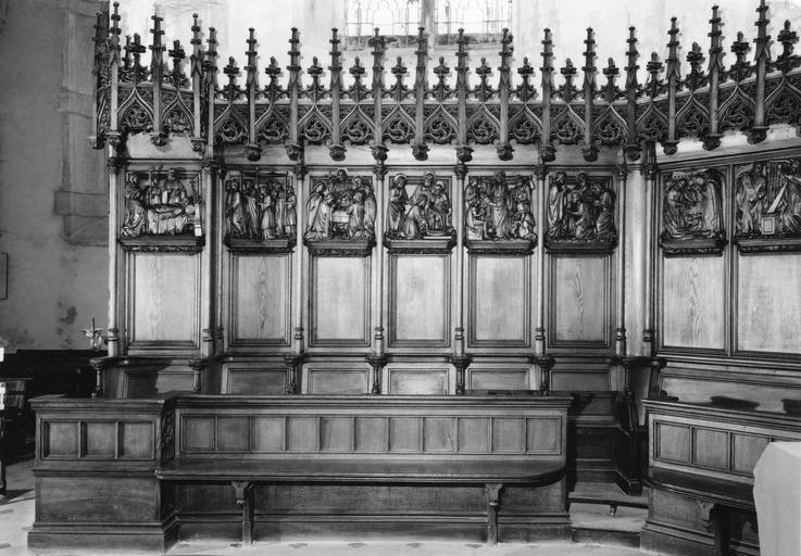 Stalles et lambris de revêtement néo-gothiques, à décor architecturé et panneaux sculptés en bas-relief, bois sculpté (détail)