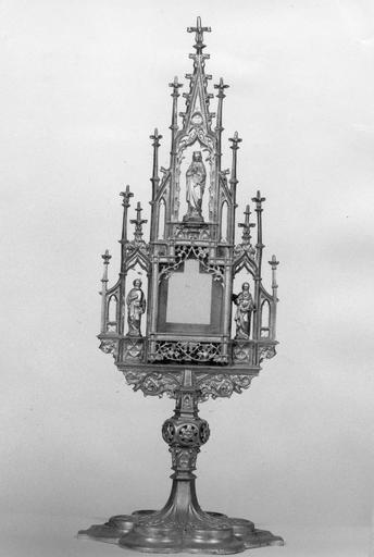 Ostensoir-monstrance architecturé agrémenté des statuettes de la Vierge, saint Pierre et saint Jean, métal doré