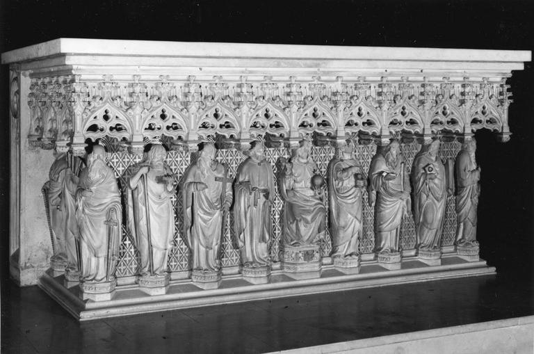 Autel de style néo-gothique formant dais au-dessus des statues adossées des douze Apôtre et du Christ, pierre sculptée, peinte, dorée