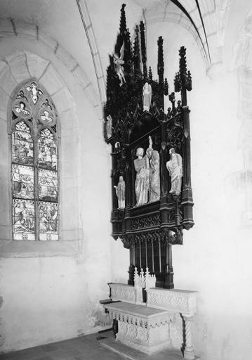 Autel et retable au décor emprunté à l'architecture néo-gothique, groupe sculpté représentant la Remise des clés à saint Pierre, plusieurs statuettes, bois sculpté, peint, pierre sculptée