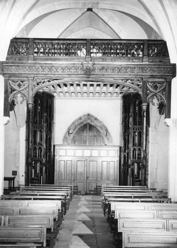 Tribune des Pénitents accessible par deux escaliers, décor architecturé néo-gothique, bois sculpté, ajouré