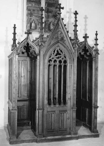 Confessionnal au décor emprunté à l'architecture gothique, bois sculpté
