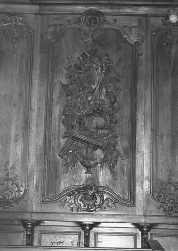 Lambris de revêtement : détail d'un panneau sculpté en bas-relief d'un trophée d'objets liés à l'épiscopat
