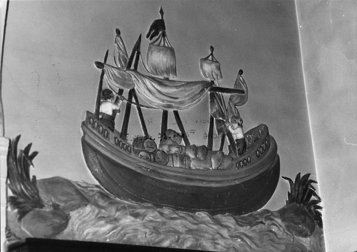 Ex-voto :  Marins hissant les voiles d'un navire chargé de tonneaux, bas-relief en plâtre peint