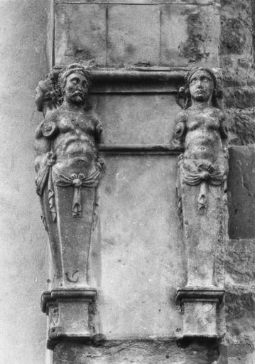 Statues : Atlantes et Cariatides provenant du tombeau de la famille de Bourellon, seigneurs de Mure, réutilisées en façade de l'édifice, pierre sculptée