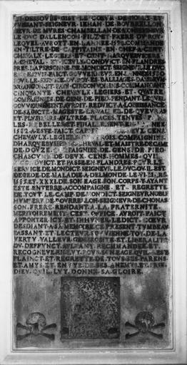 Plaque funéraire de Jehan de Bourrelon en marbre gravé d'une inscription incrustée de cuivre, et anciennement ornée de têtes de mort et d'armoiries qui ont disparu