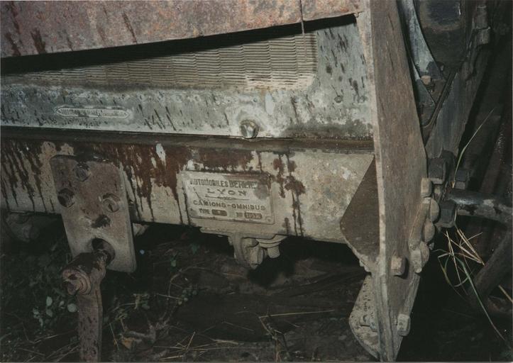 Camion 22 HP, type M à chaînes n°10536 : détail de la plaque d'identité du véhicule (détail)