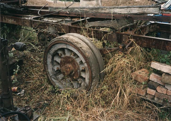 Camion 22 HP, type M à chaînes n°10536 : détail d'une roue à rayons et jante en bois garnie d'un bandage sur cercle métallique (détail)